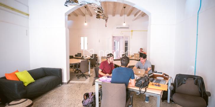 Mesa de trabajo en coworking_image
